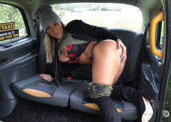 Imagen El taxista no pudo resistirse a las tetazas de la madura