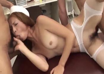 Imagen Enfermera japonesa se abre de piernas para los doctores en la consulta