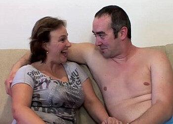 Imagen Esposa tetona le pide un polvete rapidito a su marido en la cama