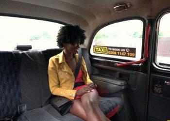 Imagen Golfa africana se folla al taxista y le sale el viaje gratis