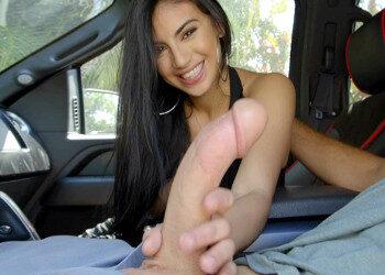 Imagen Golfa latina recoge a su chico y le come el rabo en el coche