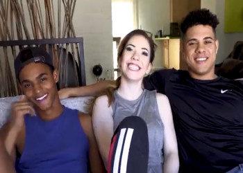 Imagen Guapa pelirroja disfruta de un trío con dos bisexuales