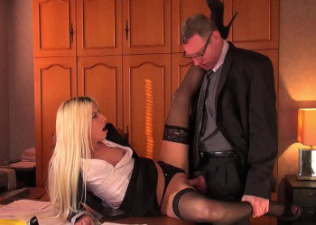 Imagen Jessie Volt se baja las bragas para su jefe y recibe sexo anal