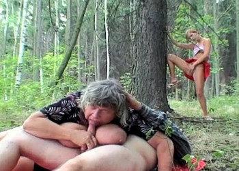 Imagen Joven pelirroja se apunta a un trío con un matrimonio en el bosque