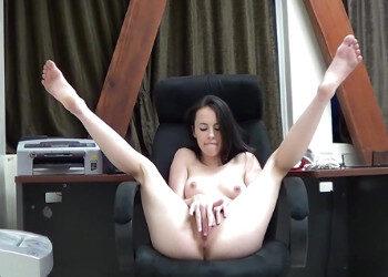 Imagen Joven secretaria se desnuda en su despacho y juega con su dildo