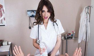 Imagen La enfermera Riley Reid ayuda a su paciente