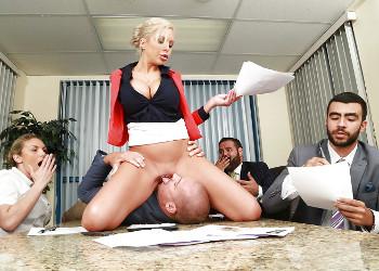 Imagen La jefa tetona termina la reunión follándose a un empleado