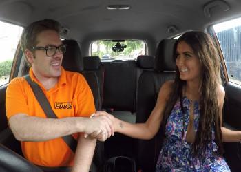 Imagen Lección de conducir acaba en follada con su sexy alumna