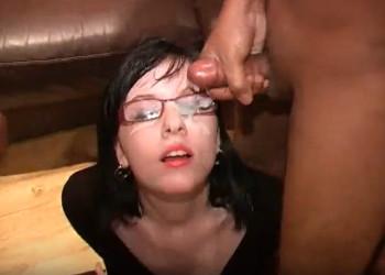 Imagen Luce sus gafas de intelectual mientras se corren encima