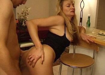 Imagen Madura francesa se toma una copa antes de ser enculada
