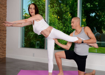 Imagen Mckenzie Lee disfruta del yoga y del rabo de su instructor