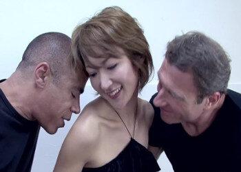 Imagen Milf asiática se ve con dos amigos y disfruta de un trío brutal