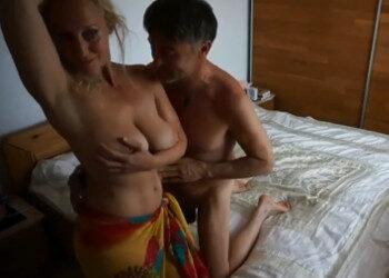 Imagen Milf pechugona hace un baile sensual a su marido antes de follar
