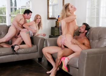 Imagen Orgía casera con sus esposas en medio del salón de casa