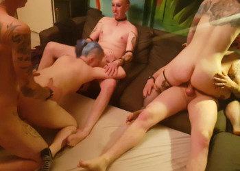 Imagen Orgía casera entre varios punkys que follan duro en el salón