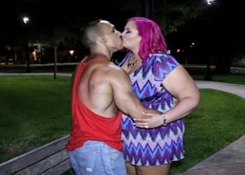 Imagen Pelirroja obesa liga en un parque y termina follada en casa