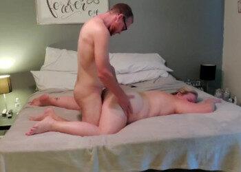 Imagen Penetra el chochete de su esposa gordita a cuatro patas