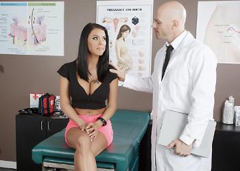 Imagen Peta Jensen dejó que el doctor la examinase a conciencia