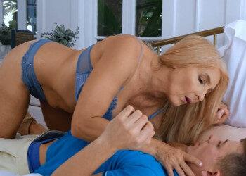 Imagen Pilla a la abuela de su amigo masturbándose y le da a probar su rabo