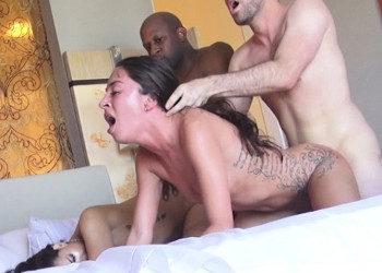 Imagen Quedan en un hotel para disfrutar juntas de una orgía brutal