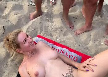 Imagen Se masturba en la playa antes de recibir varias corridas