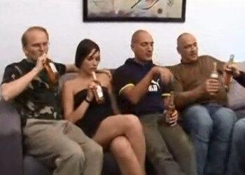 Imagen Se toma unas copas con sus follamigos antes del gangbang