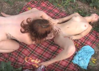 Imagen Se van de picnic y terminan disfrutando de una follada lésbica