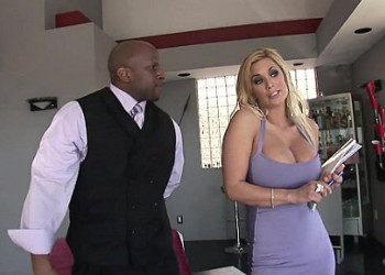 Imagen Shyla Stylez logra vender la casa tras follarse a su cliente mulato