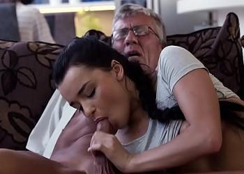 Imagen Su abuelo se la folla en el sofá con su novio al lado