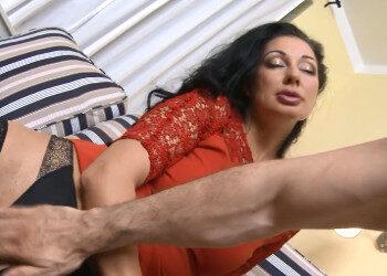 Imagen Su sexy madrastra le pide una dura follada anal en el salón