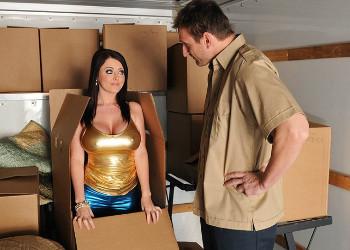 Imagen Tetona se deja encular por el repartidor en el almacén