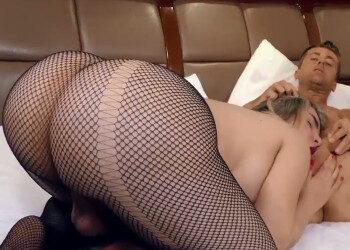 Imagen Transexual culona grita de placer mientras es follada por detrás