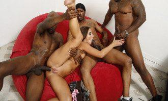 Imagen Tres mulatos abren sus orificios