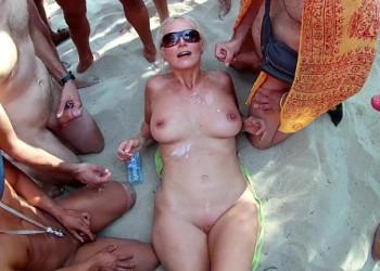 Imagen Turista tetona experimenta un bukkake en medio de la playa